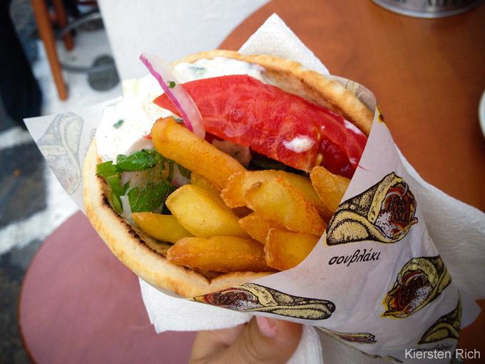 Top-Dinge, die man in Mykonos machen muss: Gyros essen