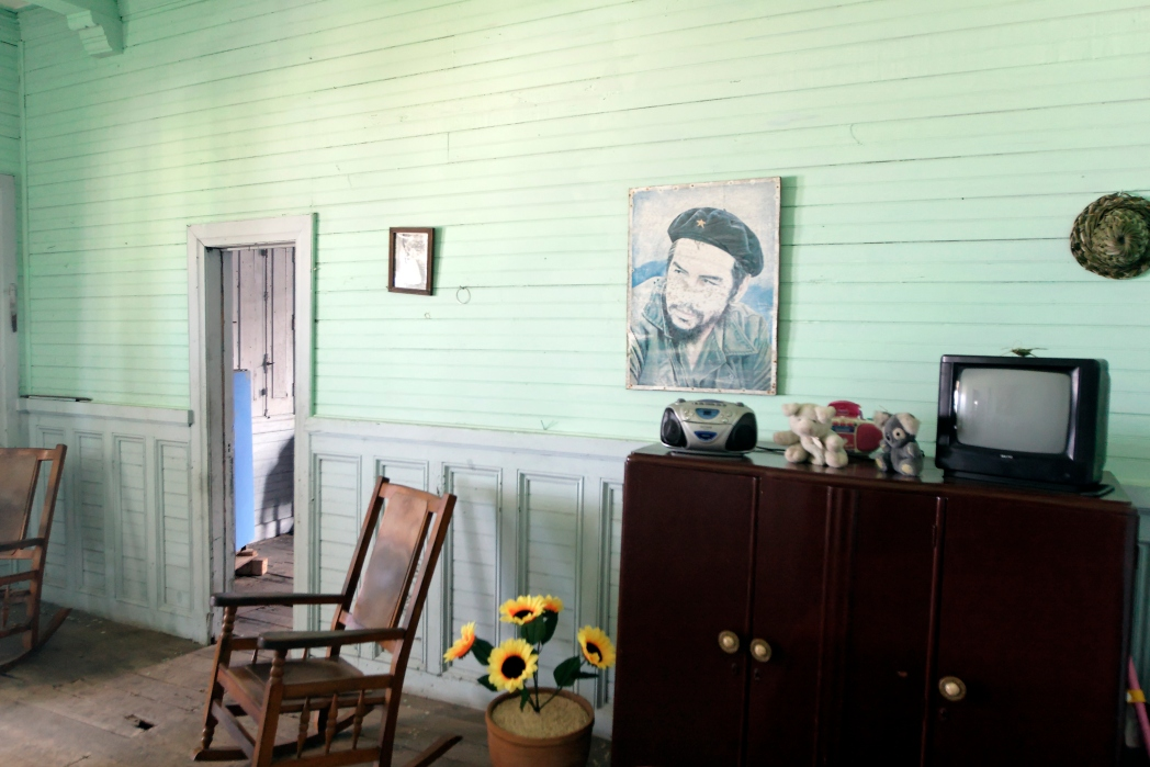 Wohnung mit Fernseher, Tür, Teddys und Stühlen