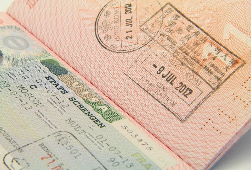 Aufgeklappter Reisepass mit Visum