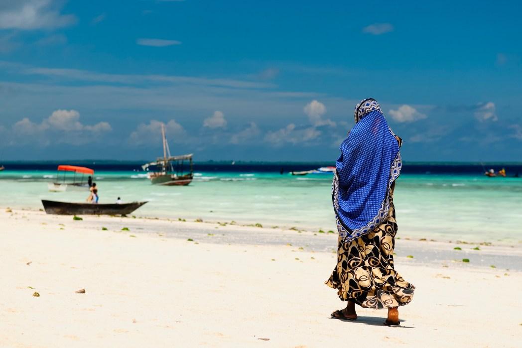 Urlaub mit der Mama: Strandspaziergang mit den Frauen in Sansibar