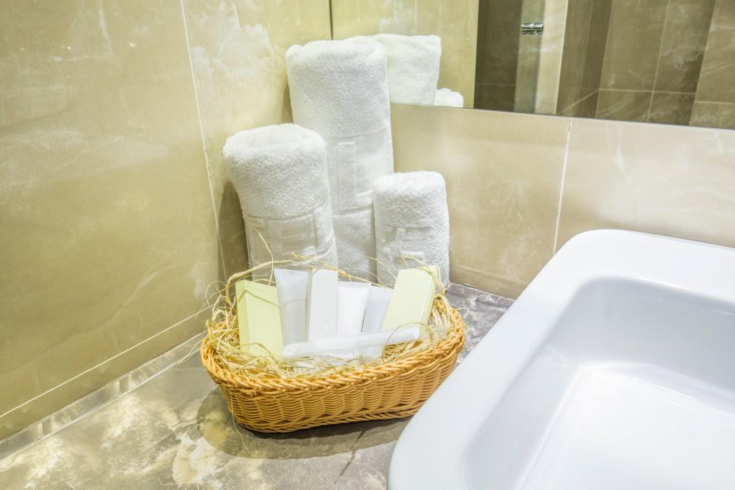 Gepäck-Gewicht reduzieren: Bademantel und Handtücher im Hotel