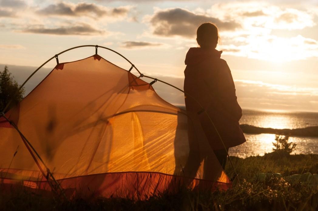 Alleinreisende Frau beim Camping