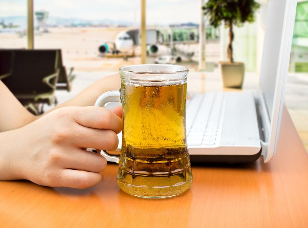 Dinge, die man niemals am Flughafen machen sollte: Zu viel trinken