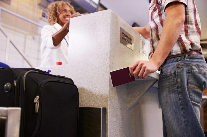 Dinge, die man niemals am Flughafen machen sollte: Die Flughafen-Mitarbeiter angiften