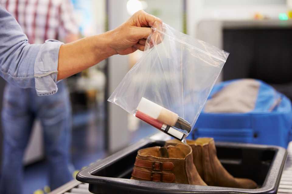 Flughafen-Knigge: Was darf ins Handgepäck?