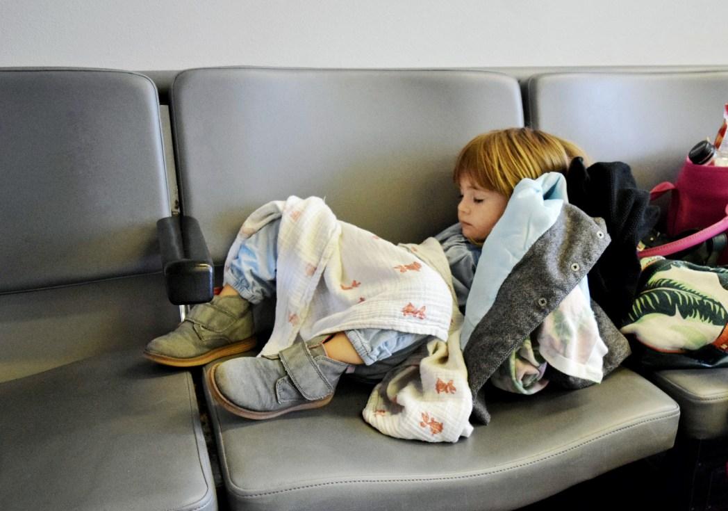Schlafen am Flughafen: Bringt passende Kleidung