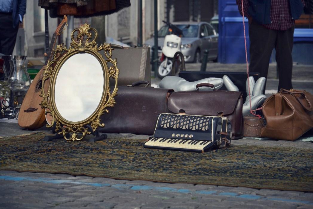 Flohmarkt mit Spiegel und Arkordeon