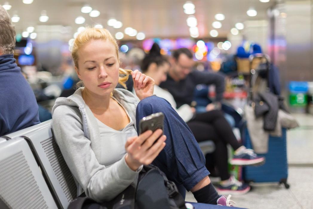 Dinge, die man niemals am Flughafen machen sollte: Laut Musik hören oder telefonieren