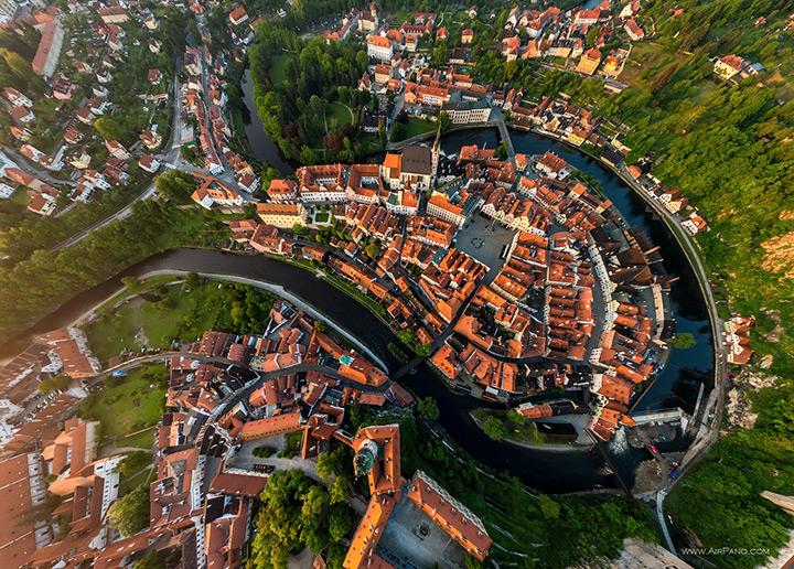 Top Blick auf die märchenhafte Schloss Krumlov, Tschechien
