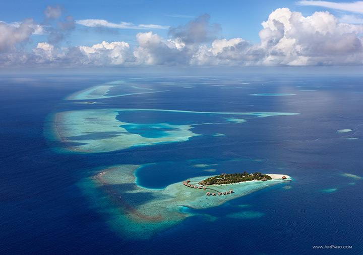 Das Hotel befindet sich auf einer tropischen Insel, Maldives