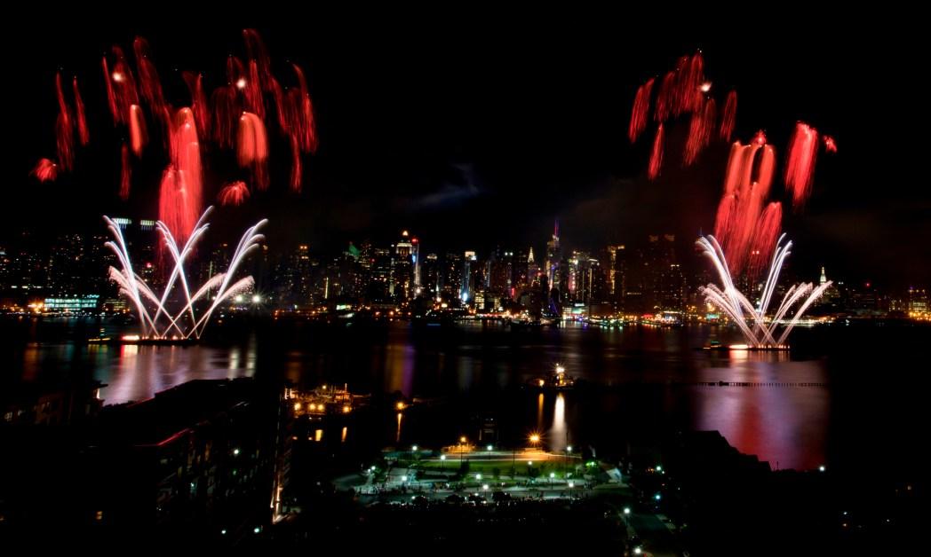 Das Feuerwerk vor der Skyline.