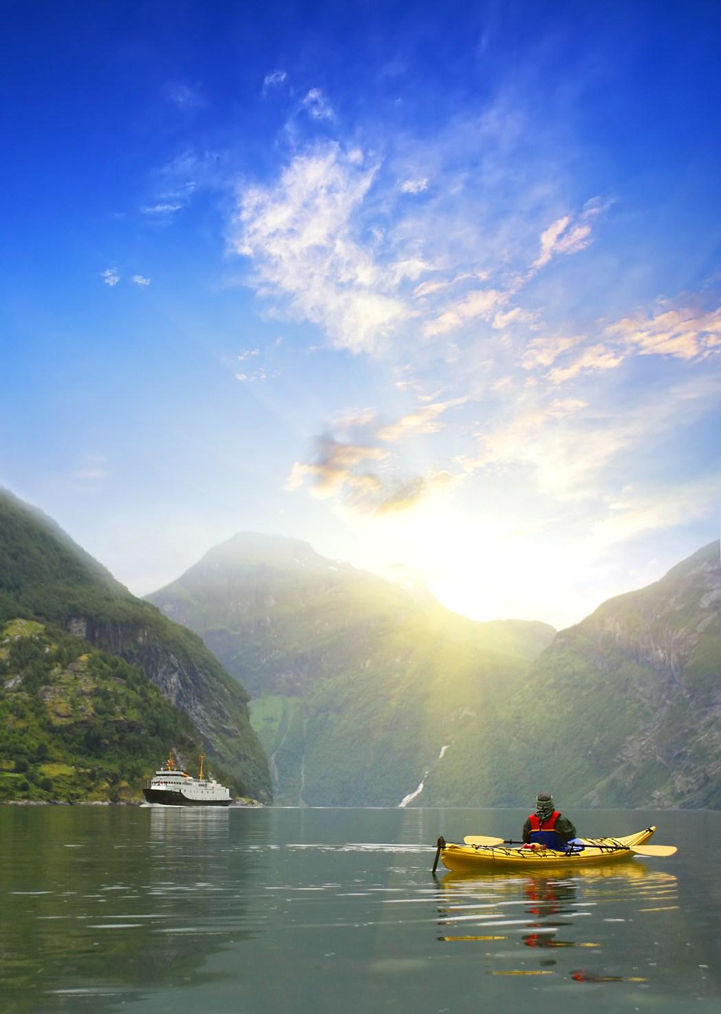 Sehenswürdigkeiten in Norwegen: Kajakfahrt durch den Geirangerfjord